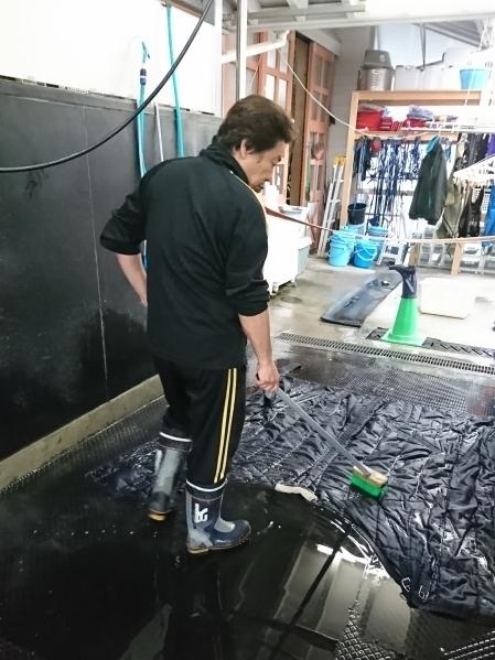 暖かくなり厚い馬服を洗う前村厩務員